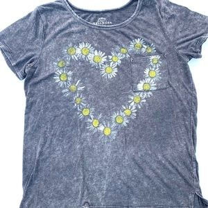 Wellworn of Los Angeles Faded Gray Daisy Heart Top